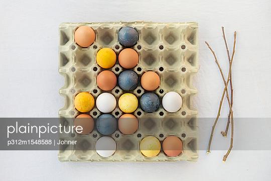 plainpicture | Photo library for authentic images - plainpicture p312m1548588 - Colorful Easter eggs in carton - plainpicture/Johner