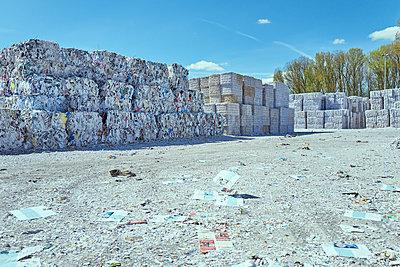 Sortiertes Altpapier, wartet auf Recycling - p1525m2086912 von Hergen Schimpf