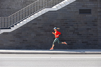 Woman jogging in Hamburg - p1678m2262287 by vey Fotoproduction