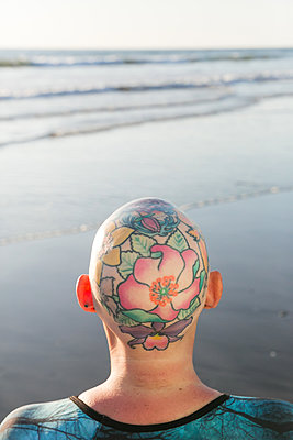 Woman with alopecia with flower tattooes on her head  - p919m2151153 by Beowulf Sheehan