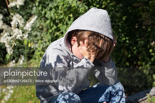 Trauriges Kind im Garten - p1308m2126473 von felice douglas