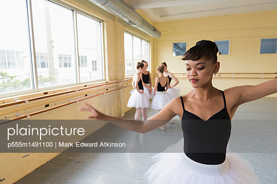 Girl practicing in ballet studio - p555m1491100 by Mark Edward Atkinson