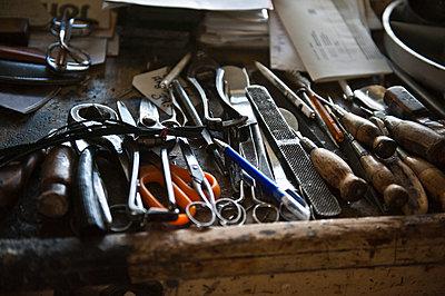Werkzeuge auf der Werkbank, Bayern, Deutschland - p1316m1160522 von Peter von Felbert