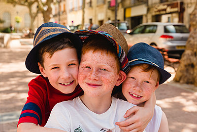 Group picture of three happy boys on holiday - p300m2069617 by Nicole Matthews