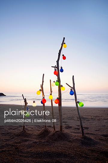 stimmungsvolle Lichterkette am Meer - p464m2026426 von Elektrons 08