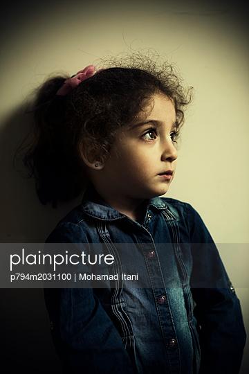 Trauriges kleines Mädchen  - p794m2031100 von Mohamad Itani