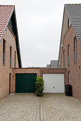 Garagen grün und weiß - p218m858670 von Sylvia Westermann