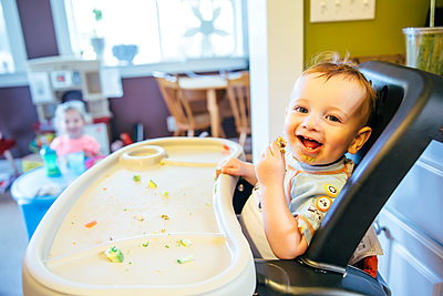 Caucasian boy eating in high chair - p555m1306266 by Inti St Clair