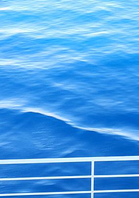 Railing against blue sea - p879m1193694 by nico