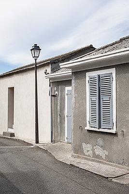 Zwei kahle Wohnhäuser in Albo auf der Mittelmeerinsel Korsika - p1162m1496538 von Ralf Wilken