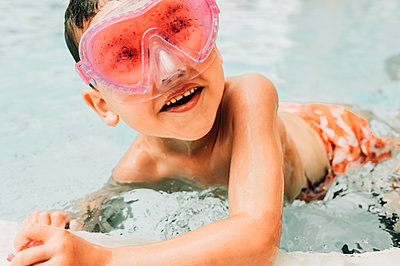Boy wearing swim goggles in swimming pool - p1166m2094951 by Cavan Images