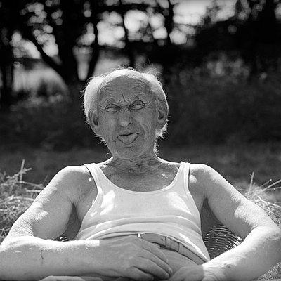 Alter Mann schneidet Grimasse - p1650492 von Andrea Schoenrock