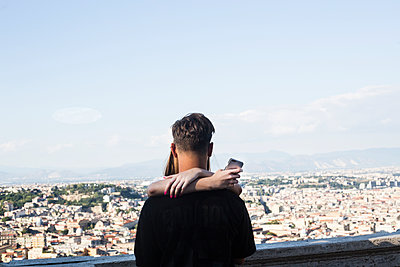 Young couple with smartphone - p445m1159655 by Marie Docher