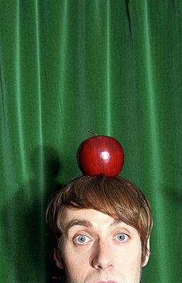 Einen Apfel auf dem Kopf - p4470255 von Anja Lubitz