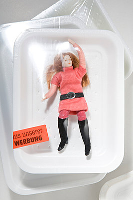 Puppe in Folie - p781m776746 von Angela Franke