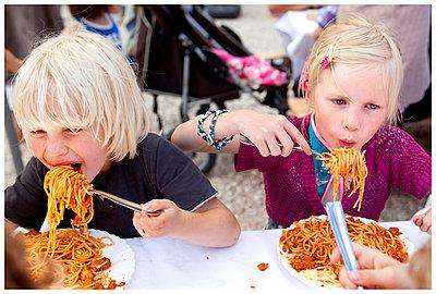 Kinder essen Spaghetti - p896m834573 von Arenda Oomen