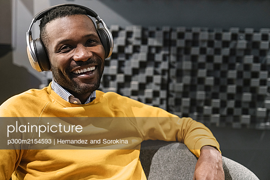 Portrait of a happy man with headphones - p300m2154593 by Hernandez and Sorokina