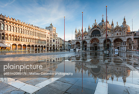 St Mark's square flooded by high tide (Acqua alta), Venice, Italy - p651m2085176 by Matteo Colombo photography