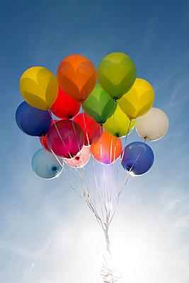 Bunte Ballons - p451m1087558 von Anja Weber-Decker