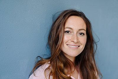 Portrait of woman with brown eyes - p586m1510375 by Kniel Synnatzschke