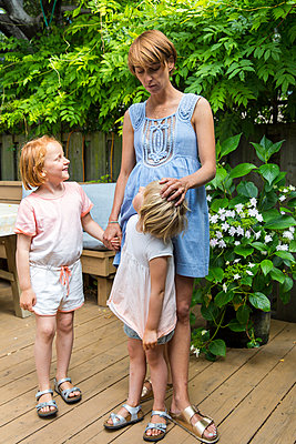 Mother and daughters on the terrace - p756m2053352 by Bénédicte Lassalle
