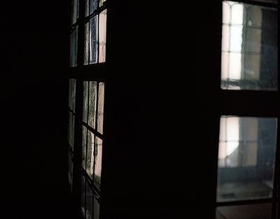 Beleuchtetes Gebäude - p945m1502143 von aurelia frey