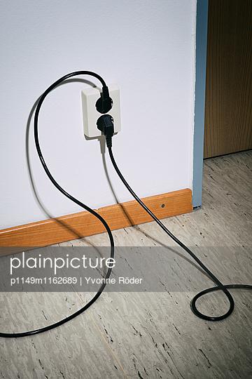 Kabel und Steckdose - p1149m1162689 von Yvonne Röder