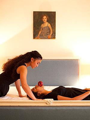 Frau mit Apfel im Mund - p1105m2128915 von Virginie Plauchut