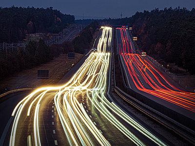 Deutschland, Bayern, Lichtspuren auf der Autobahn - p1275m2229439 von cgimanufaktur