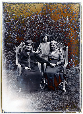 Vintage family photo - p265m1487213 by Oote Boe
