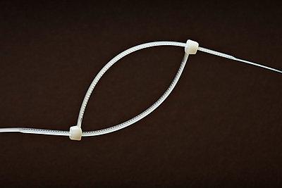 Zwei Kabelbinder - p6480086 von Ursula Raapke