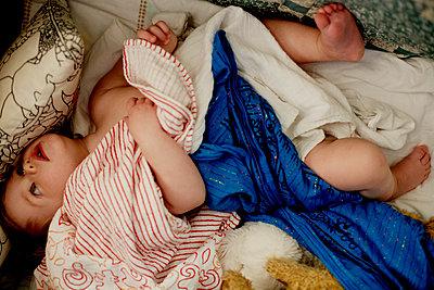 Baby auf einer Decke - p972m1088605 von Felix Odell