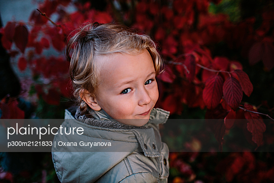 Portrait of girl in a park, red autum leaves - p300m2121833 by Oxana Guryanova
