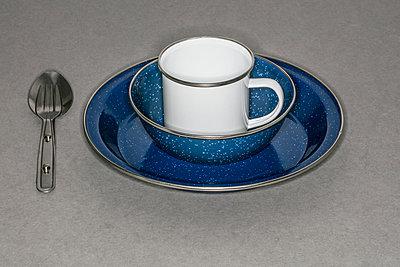 Weiße Tasse aus Emaille - p1082m2015484 von Daniel Allan