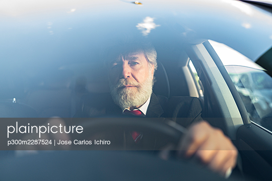 senior man with white hair and beard in the city, Madrid / Spain - p300m2287524 von Jose Carlos Ichiro