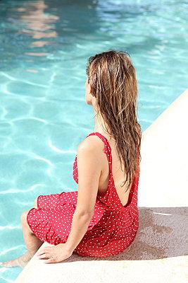Frau am Pool - p045m908500 von Jasmin Sander