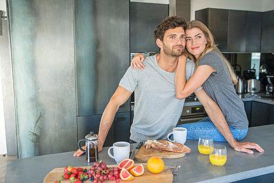 Paar in der Küche - p1156m2015787 von miep