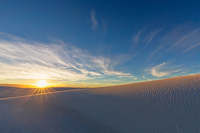 USA, New Mexico, Chihuahua Desert, White Sands National Monument, landscape at sunrise - p300m1417170 by Fotofeeling