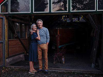 Senior couple standing in front of boathouse - p300m2156230 by Gustafsson