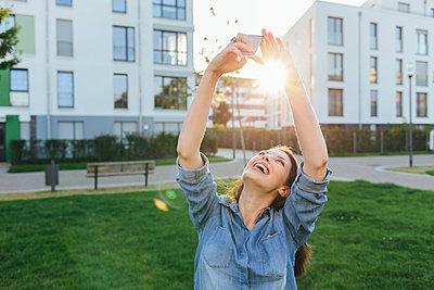 Young woman takes a selfie - p586m1108776 by Kniel Synnatzschke