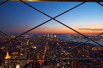 Manhattan with sunset - p851m1048649 by Lohfink