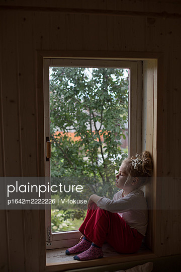 Little girl sits on windowsill - p1642m2222226 by V-fokuse