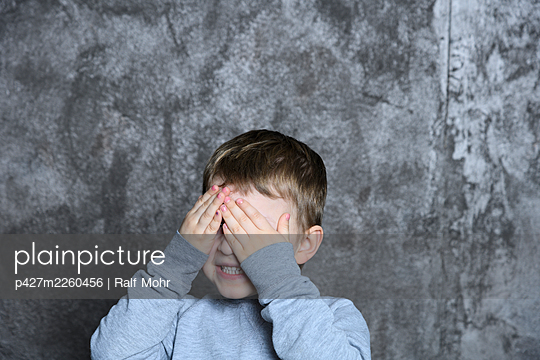 Little boy covering his eyes with hands - p427m2260456 by Ralf Mohr