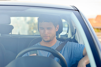 Young man in car - p1124m1510926 by Willing-Holtz