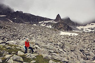Woman in mountain scenery - p1305m1138653 by Hammerbacher