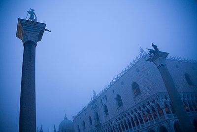 Italy, Venice, St Mark's Square with Doge's Palace, foggy - p300m980642f by Dieter Schewig