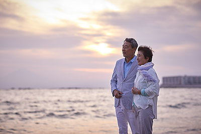 Japanese senior couple having fun by the sea - p307m2019886 by Yosuke Tanaka