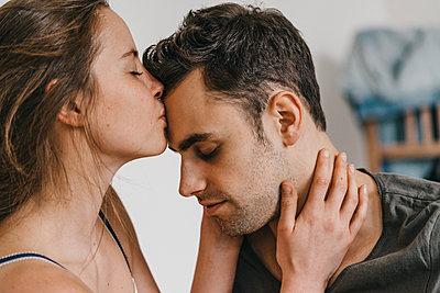 Young woman kissing forehead of boyfriend - p586m1178702 by Kniel Synnatzschke