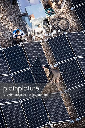 Montage von Sonnenkollektoren - p1079m1552896 von Ulrich Mertens