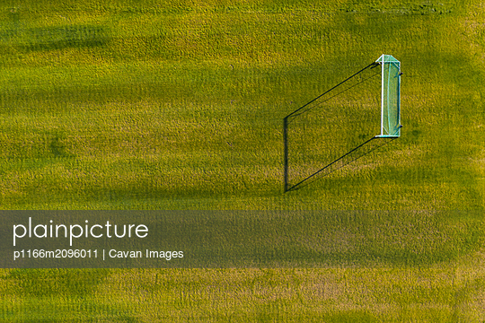 Football gates on green field - p1166m2096011 by Cavan Images